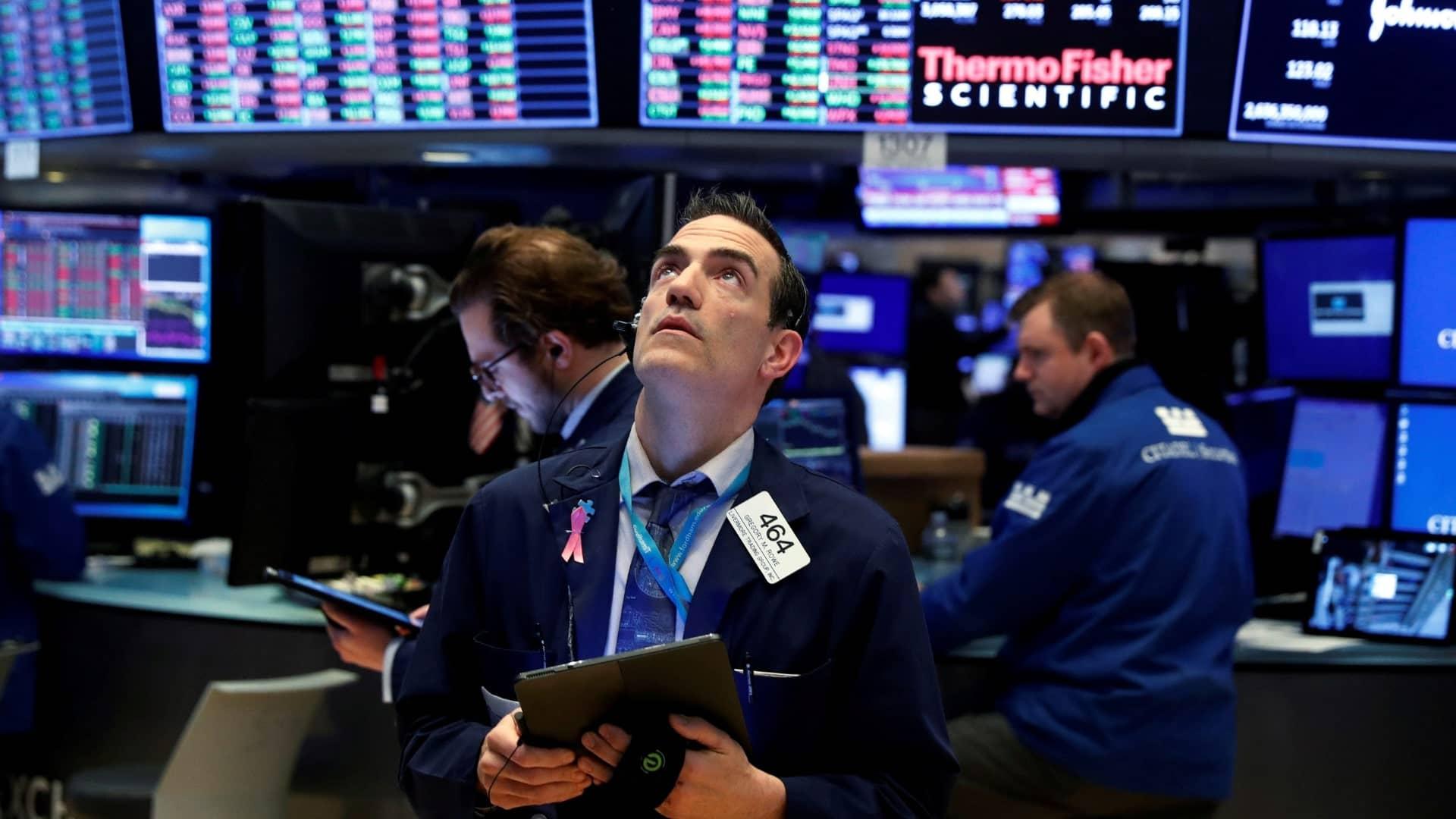Profesionálny broker pozerá na obchodné príkazy