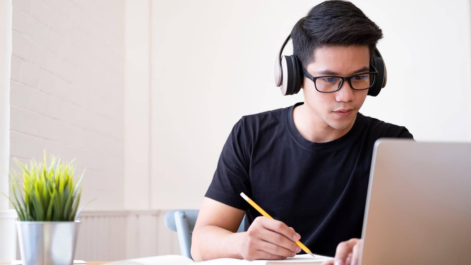 Začínajúci broker absolvuje online kurz a školenie ako obchodovať na burze